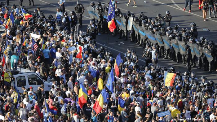 Police and protesters on a street in Bucharest (picture-alliance/AP Photo/V. Ghirda)