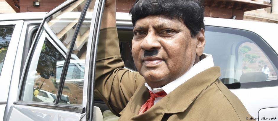 Deputado indiano costuma usar fantasias para protestar no Congresso