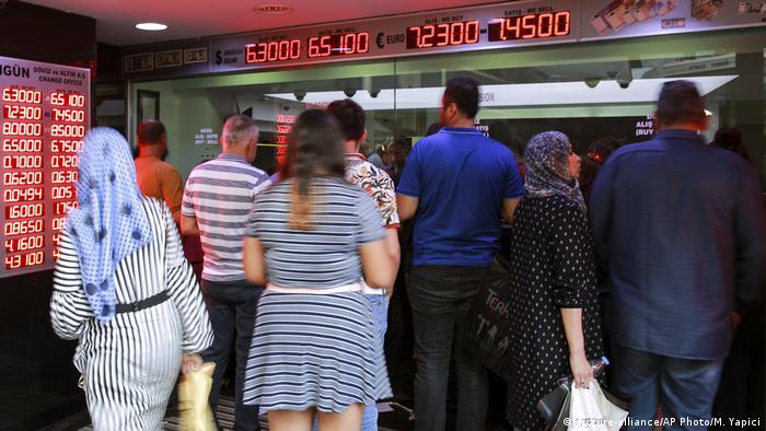 انخفضت قيمة الليرة التركية لتصل إلى أخفض مستوى أمام الدولار منذ عام 2001 ، حيث وصلت إلى حوالي 6 ليرات مقابل الدولار الواحد يوم الأحد، بينما رد الرئيس التركي رجب طيب أردوغان بأن الولايات المتحدة تحاول طعن تركيا في الظهر، فيما أعلن البنك المركزي التركي أنه مستعد لاتخاذ كل التدابير اللازمة لضمان الاستقرار المالي.