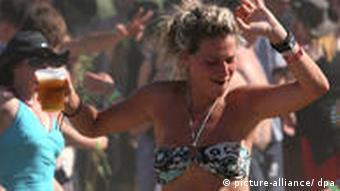 Puvliak festivla uživa u plesu