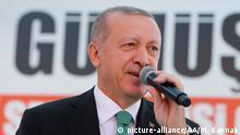 Türkei, Gumushane: Recep Tayyip Erdogan hält eine Rede