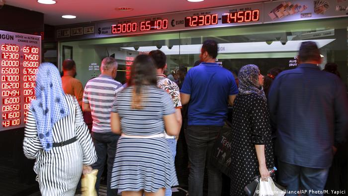 Turkish currency exchange office (picture-alliance/AP Photo/M. Yapici)