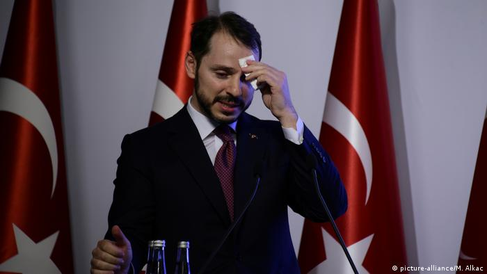 Finance Minister Berat Albayrak wiping his brow as he delivered a speech in Istanbul (picture-alliance/M. Alkac)