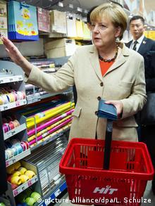 ميركل أثناء التوسق في سوبرماركت في برلين (صورة من الأرشيف أكتوبر 2014)