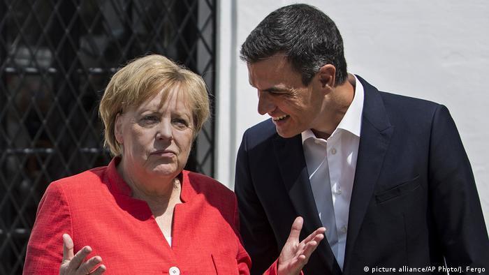 Chancellor Angela Merkel with Pedro Sanchez (picture alliance/AP Photo/J. Fergo)