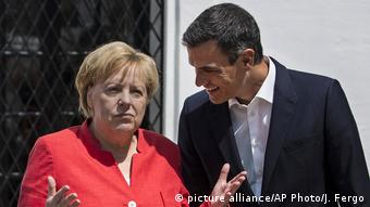 Merkel meets Pedro Sanchez (picture alliance/AP Photo/J. Fergo)