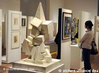 Escultura 'Composição com cubos' (1919) de Johannes Itten, na mostra berlinense