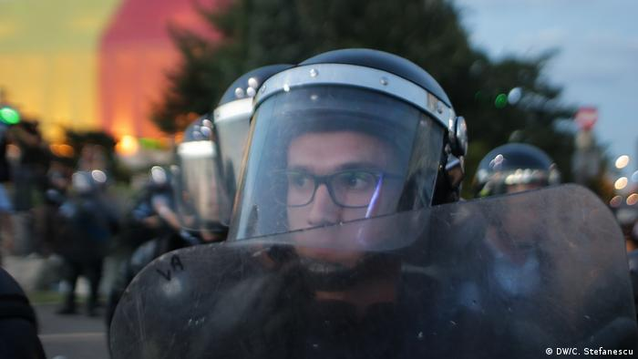Romanian policeman wearing eyeglasses and a riot helmet (DW/C. Stefanescu)
