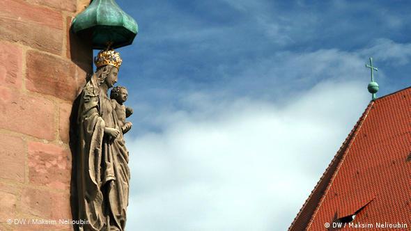 Фигура Мадонны с младенцем на фасаде городской резиденции патрицианской семьи Шюрштаб (Schürstabhaus). Относится к важнейшим архитектурным памятникам Старого города. Первое упоминание относится к XII веку. Здание перестаивалось в XIV-XV веках. Патрициями в Священной Римской империи германской нации называли представителей высших слоев имперского городского бюргерства