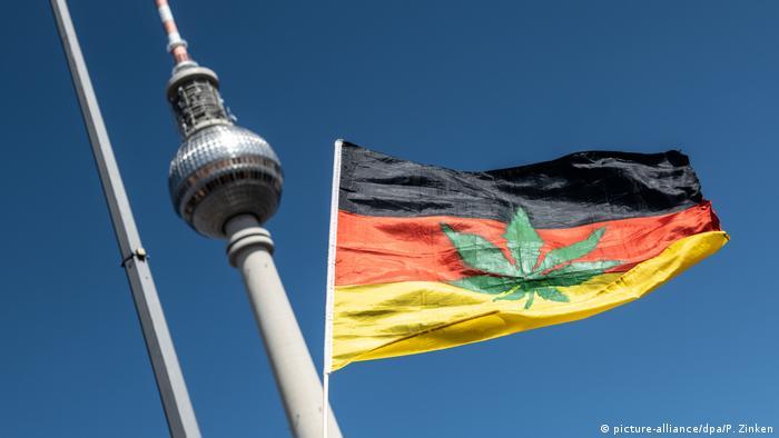 Folha de erva superposta à bandeira da Alemanha, na 22ª Parada da Cânabis