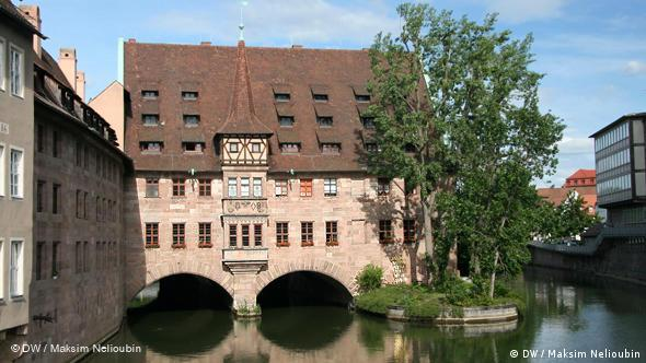 Госпиталь Святого Духа (Heilig-Geist- Spital) был самой крупной городской благотворительной больницей. Построен в 1332-1339 годах на средства патриция Конрада Гросса (Konrad Groß) - одного из самых богатых жителей империи XIV века. С 1429 по 1796 год в госпитальной церкви хранились имперские регалии Священной Римской империи (Reichskleinodien). Во время Второй мировой войны госпиталь и церковь были разрушены. После войны было восстановлено только здание госпиталя, в котором сейчас находится дом престарелых