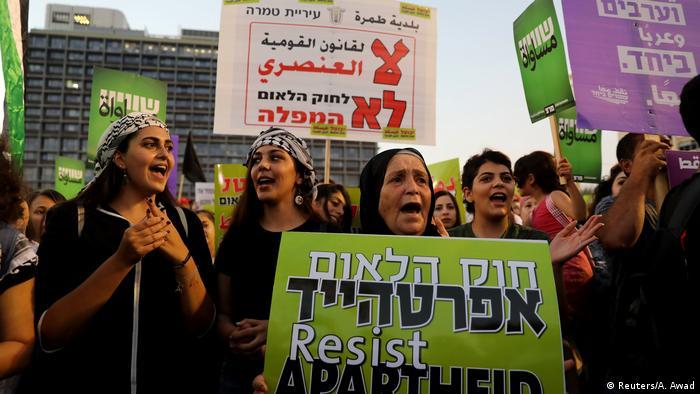 Демонстранты на площади в Тель-Авиве 11 августа 2018 года