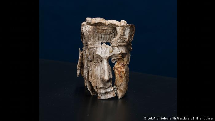 Pressebilder Ausstellung Gropius Bau | Bewegte Zeiten. Archäologie in Deutschland | Schnitzereien des Totenbettes von Haltern (LWL-Archäologie für Westfalen/S. Brentführer)