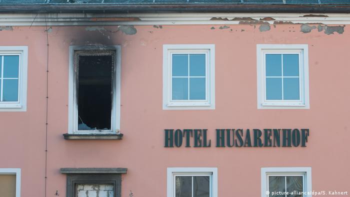 Exterior de hotel com janela queimada após incêndio