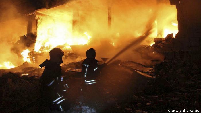 Волонтеры из Белых касок тушат пожар, возникший после бомбардировок в провинции Идлиб