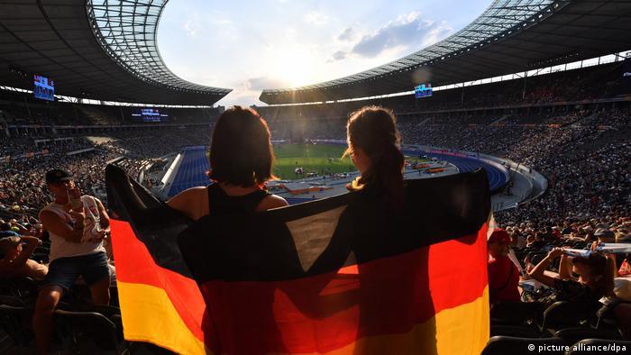 Bei den EM-Spielorten ist vor allem der Westen Deutschlands geballt vertreten. In Köln, Düsseldorf, Schalke und Dortmund finden Spiele statt. Dazu kommen München, Stuttgart, Hamburg, Leipzig, Frankfurt und Berlin. Im Olympiastadion (Foto) wird auch das Finale gespielt. Mit deutscher Beteiligung?