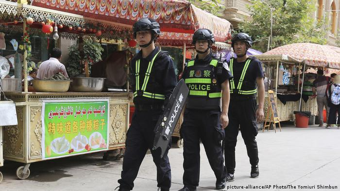 China Polizei in der autonomen Region Xinjiang (picture-alliance/AP Photo/The Yomiuri Shimbun)