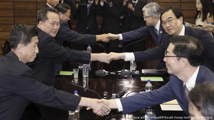 North and South Korean delegates hold peace talks in Panmunjom (picture-alliance/dpa/AP/South Korea Unification Ministry)