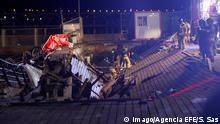 Several firefighters search for victims after several dozens people fell into the sea when a wooden gateway collapsed during a concert in Vigo, northwestern Spain, late night 12 August 2018. Some 266 people were wounded, five of them are seriously injured, in the accident happened during a music concert held as part of O Marisquino Festival. A wooden gateway collapses during a concert in Vigo !ACHTUNG: NUR REDAKTIONELLE NUTZUNG! PUBLICATIONxINxGERxSUIxAUTxONLY Copyright: xSalvadorxSasx GRAF5278 20180813-636697477495053713