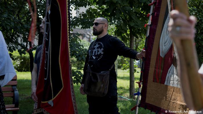 Съюзът на православните знаменосци е не само за връщането на монархията, а и за възраждане на руското национално съзнание. Черни панталони, черни рубашки, черни обувки - облеклото има напомня за някоя рокерска банда. Те обичат да се кичат и с религиозни символи – най-вече кръстове.