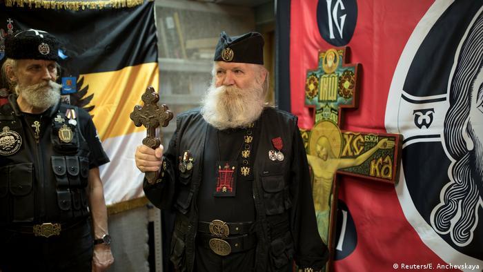 Леонид Симонович-Никшиш е председател на руския Съюз на православните знаменосци. Тази националистическа групировка е за връщането на царизма. Тя пропагандира своите възгледи с всевъзможни шествия и акции. Не се притеснява и да гори книги.