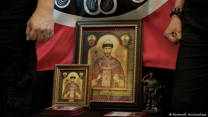 Заместник-председателят на Съюза на православните знаменосци Игор Мирошниченко гордо показва портрети на последния цар. През 2000-та год. Руската православна църква канонизира цар Николай Втори. Твърде малка част от руските православни християни обаче почитат този светия. Култът към него е най-силно изявен сред членовете на фунадаменталисткия Съюз на православните знаменосци.