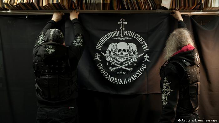"""Преобладаващото население в Русия е православно. Съюзът на православните знаменосци обаче смята, че """"правата"""" вяра трябва да стане значително по-масова. Мотото на техния съюз """"Православие или смърт!"""" издава религиозно-националистически радикализъм."""