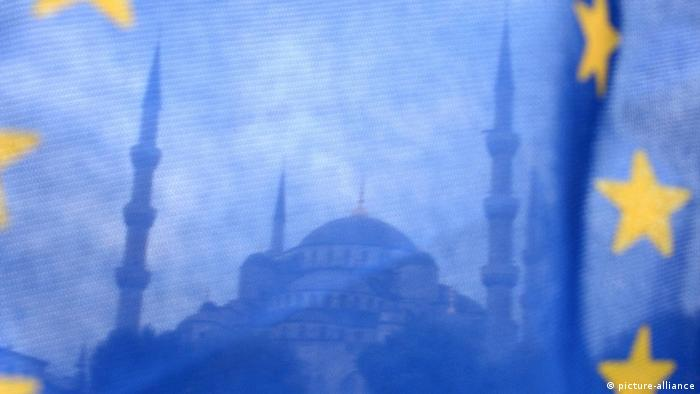 Blaue Moschee in Istanbul hinter EU-Fahne (picture-alliance)