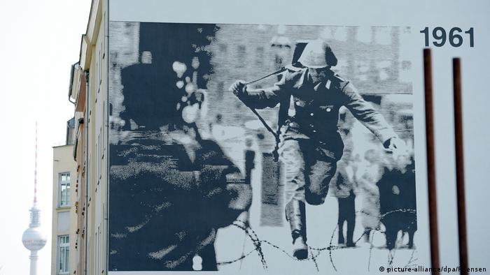 Famosa foto del soldado Conrad Schumann, que saltó el Muro de Berlín el 15 de agosto de 1961, huyendo de la ex RDA.