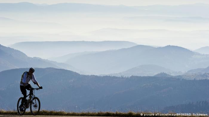 Ciclista no alto de uma montanha