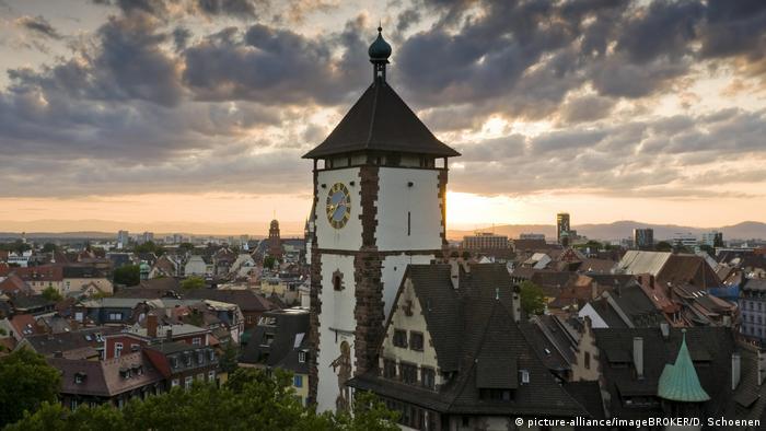Torre com relógio na entrada de Freiburg