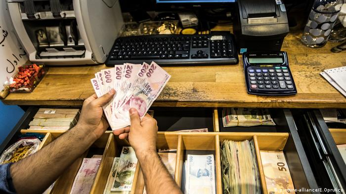 Istanbul locals feeling the pinch of Turkey′s economic crisis
