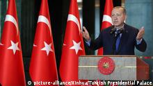 13.08.2018 (180813) -- ANKARA, Aug. 13, 2018 (Xinhua) -- Turkish President Recep Tayyip Erdogan delivers a speech during Turkish ambassadors' conference at Presidential Palace in Ankara, Turkey, on Aug. 13, 2018. Turkish President Recep Tayyip Erdogan has denounced the Lira crisis as a plot against Turkey, warning that his country will forge new alliances and markets in response to a bitter rift with long-time ally the United States, which has caused the Turkish currency to hit record lows. (Xinhua/Turkish Presidential Palace) (lrz) | Keine Weitergabe an Wiederverkäufer.