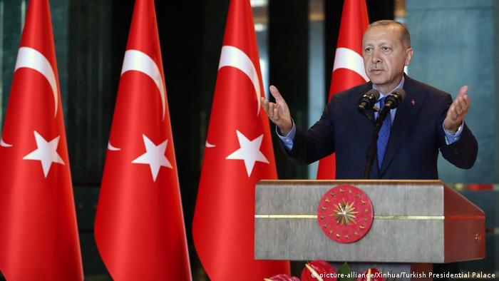 هدد أردوغان بأنه قد يلجأ إلى خطط وتدابير أخرى خطة حيال التجار ورجال الصناعة اذا استمروا في المسارعةإلى بيع الليرة التركية وشراء الدولار الأميركي، وكان قبل ذلك قد أعلن أنه إذا كان الغرب يملك الدولار فلدينا الله.