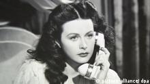 Im neuen Kinofilm Calling Hedy Lamarr telefoniert Hedy Lamarr in einer alten Filmszene (undatiert). Regisseur und Drehbuchautor Misch zeichnet ein Porträt der Künstlerin, die auf der Höhe ihres Erfolgs in die USA umsiedelte und neben ihrer Filmkarriere auch als Erfinderin tätig war. Im höheren Alter wollte sie sich der Öffentlichkeit nicht mehr präsentieren und pflegte ihre Kontakte zur Außenwelt hauptsächlich über das Telefon. Der Streifen kommt am 12. Juli 2007 in die deutschen Kinos. Foto: Polyfilm (zu dpa-Kinostarts vom 05.07.2007. ACHTUNG: Verwendung nur für redaktionelle Zwecke im Zusammenhang mit der Berichterstattung über diesen Film!) +++(c) dpa - Report+++ | Verwendung weltweit