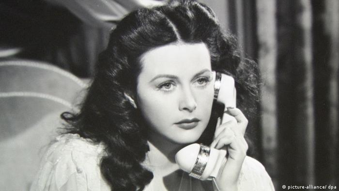 Schwarz-weiß Foto der Schauspielerin Hedy Lamarr, die einen Telefonhörer in der Hand hält (Foto: picture-alliance/ dpa)