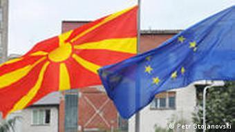Flaggen der EU und Mazedonien in Skopje