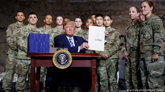Дональд Трамп на церемонии на военной базе в Форте Драм демонстрирует подписанный закон об оборонном бюджете на 2019 год
