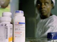 Enfermos de sida en África cuentan con los fármacos subvencionados para tratarse.