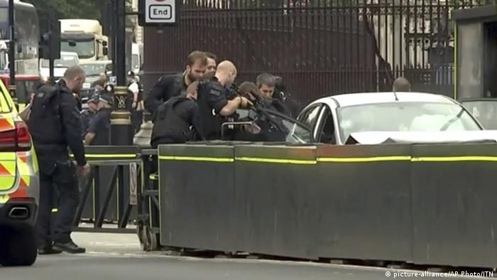 Terror suspect arrested by police following car attack in Westminister (picture-alliance/AP Photo/ITN)