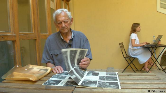 Roland Berauer răsfoind publicația cercetașilor cu fotografiile sale