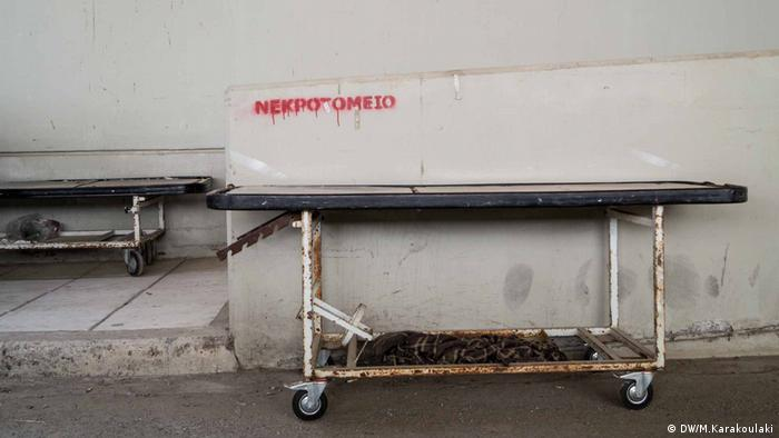 Two stretchers left outside the morgue of the Alexandroupoli's Hospital (DW/M.Karakoulaki)