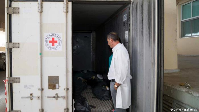 Coroner Pavlos Pavlidis stands outside the ICRC fridge container where refugees are kept (DW/M.Karakoulaki)