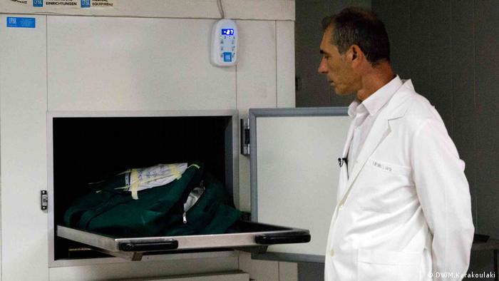 Gerichtsmediziner Pavlos Pavlidis an einem Leichenkühlschrank (DW/M.Karakoulaki)