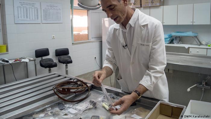 Pavlos Pavlidis verpackt persönliche Gegenstände von Flüchtlingsleichen (DW/M.Karakoulaki)