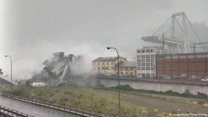 Italien Autobahnbrücke bei Genua eingestürzt foto IPP da video genova 14 08 2018 crollo cedimento s (imago/Italy Photo Press)