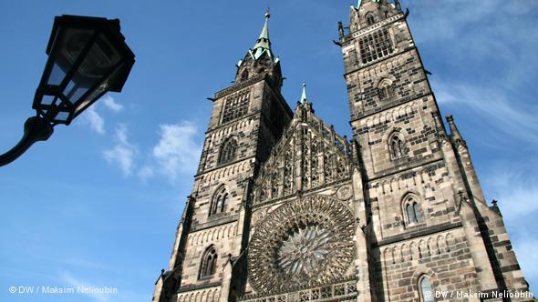 Церковь Святого Лаврентия (St. Lorenz). Строительство базилики было начато в 1250 году. Закончено в позднеготическом стиле в 1477 году. Проповедником в этой церкви был Андреас Озиандер (Andreas Osiander) - один из самых известных деятелей Реформации в Германии и сподвижник Мартина Лютера. В 1548 году покинул Нюрнберг и занял кафедру богословия в Кёнигсбергском университете