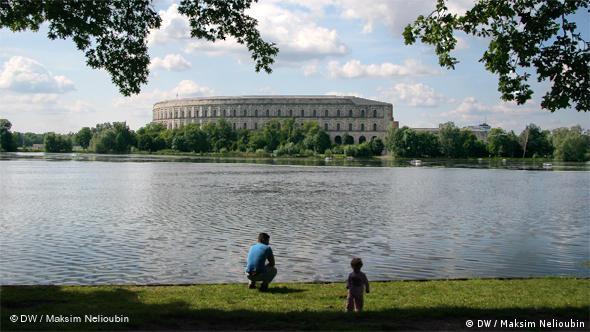 Территория съездов НСДАП - Зал собраний (Kongresshalle), в котором сейчас размешается документационный центр преступлений национал-социализма. Более подробно о нем мы расскажем в отдельном репортаже ''Прогулок по Нюрнбергу''