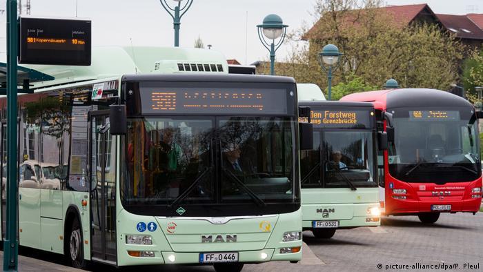 Drei Busse an einer Bushaltestelle (picture-alliance/dpa/P. Pleul)