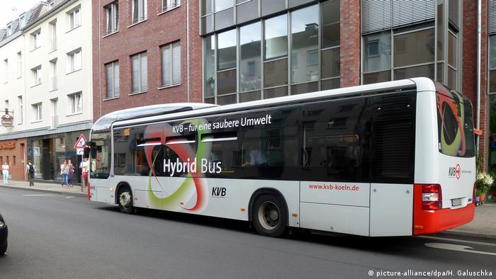Deutschland Hybridbus der Kölner Verkehrs Betreibe KVB (picture-alliance/dpa/H. Galuschka)